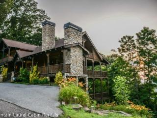 THE CREEKHOUSE- 4BR/3.5BA, SLEEPS 8, CABIN WITH BREATHTAKING MOUNTAIN VIEWS, WIFI, POOL TABLE, HOT TUB, GAS GRILL, PET FRIENDLY, GAS LOG FIREPLACE, WALKING DISTANCE TO THE LODGE, CAMELOT, AND BEAR NECESSITIES, STARTING AT $275/NIGHT!, Blue Ridge