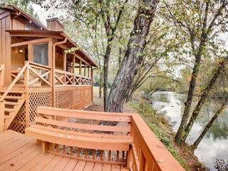FISH TRAP CABIN- 2BR+SLEEPING LOFT/2BA, SLEEPS 7, 200 FT FRONTAGE ON TOCCOA RIVER, HOT TUB, GAS LOG FIREPLACE, SAT TV, WIFI, GAS GRILL, FIRE PIT, COVERED PORCH, WALKING DISTANCE TO RIVER ESCAPE, STARTING AT $149/NIGHT!, Blue Ridge