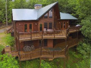 PEACEFUL VIEW LODGE- BREATHTAKING MTN VIEWS,4 BR/4.5 BA,HOT TUB, POOL TABLE, PING PONG, FOOSBALL, AIR HOCKEY, 6 FLAT SCREEN TV`S, GAS LOG FIREPLACES, WIFI, GAS GRILL, SLEEPS 13, STARTING AT $250/NIGHT!, Blue Ridge