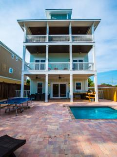Covered grill, pool w/ gated back yard. Challenge your friends  to ping pong & corn hole games here!