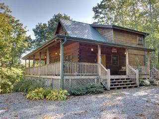 DANCING BEAR- 3BR/3BA- MOUNTAIN VIEW CABIN SLEEPS 6, GAS GRILL, WIFI, FIRE PIT, HOT TUB, GAS LOG FIREPLACE, JETTED TUB, POOL TABLE, FOOSBALL, AND SATELLITE TV! STARTING AT $139 A NIGHT!, Blue Ridge