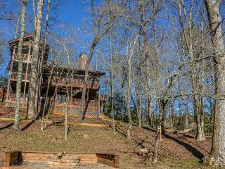 BEAR CREEK CROSSING- 4BR(PLUS LOFT)/4.5BA- SLEEPS 14, CREEK SIDE, SECLUDED, VOLLEYBALL COURT, HORSESHOE PIT, HOT TUB, OUTDOOR FIRE-PIT, WIFI, GAS AND WOOD BURNING FIREPLACES! STARTING AT $350 A NIGHT!, Blue Ridge