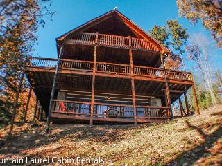 WHITETAIL LODGE- 2BR/3BA, UPSCALE RUSTIC FURNISHINGS, SLEEPS 8, QUIET & SECLUDED, AWESOME MTN VIEWS, HOT TUB, POOL TABLE, WIFI, FOOSBALL, SAT TV, WOOD BURNING FIREPLACE, GRILL, DECKS ON 3 LEVELS, STARTING AT $150/NIGHT!, Blue Ridge