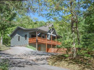 MY BLUE HEAVEN- 3BR/3BA- CABIN SLEEPS 6, GAS LOG FIREPLACE, WIFI, SATELLITE TV, POOL TABLE, CARD TABLE, GAS GRILL, HOT TUB, PET FRIENDLY, PAVED ACCESS, MOTORCYCLE FRIENDLY! STARTING AT $135/NIGHT, Blue Ridge
