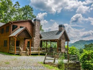 DREAM CATCHER- 3BR/3BA- CABIN WITH BEAUTIFUL MOUNTAIN VIEWS SLEEPS 6, HOT TUB, WIFI, INDOOR AND OUTDOOR FIREPLACE, GAS GRILL, AND A JACUZZI TUB! STARTING AT $165 A NIGHT!, Blue Ridge