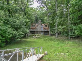 LAKE LIVE`N- 5BR/3.5BA- BEAUTIFUL LUXURY CABIN ON LAKE BLUE RIDGE, SLEEPS 10, PRIVATE DOCK, WOOD BURNING FIREPLACE, AND A FIRE PIT! STARTING AT $325.00 A NIGHT!, Blue Ridge