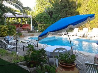 little haven, studio 25sqm indépendant, pool in villa, beach 400m, very central.