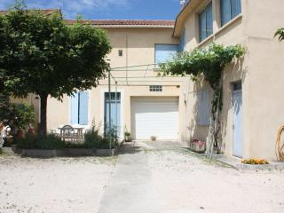 Maison provencale restauree proche d'Avignon