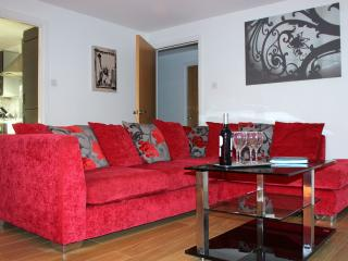 Central Modern 3 Bedroom Flat with Parking