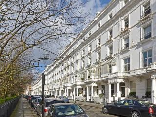 Sophisticated 1 bedroom apartment overlooking gardens- Sloane Square
