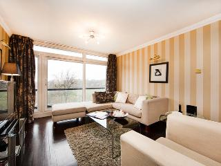 Classically decorated 2 bedroom apartment next to Holland Park- Kensington, London