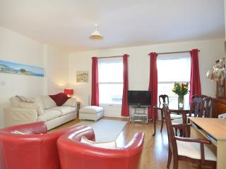 Bright and spacious 1 bedroom apartment with 24 hour security, access to swimming pool, squash court and gym within the building on Kensington Gardens Square, Londres