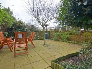 Elegant and naturally light 2 bedroom apartment with great outdoor space- Kensington