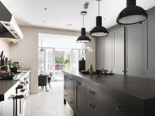 A superb five bedroom house arranged over four floors with private garden., Londres