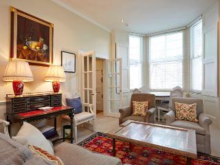 Comfortable two bedroom property in the heart of Kensington., Londen