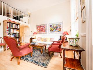 Bright and tranquil one bedroom kensington apartment, London