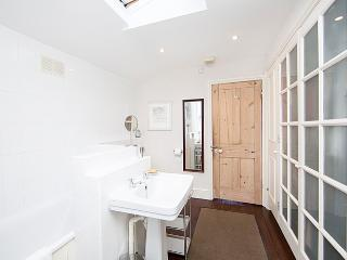 A superb three bedroom house arranged over two floors with private garden., Londra