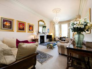 Super luxurious 4 bed family home with expansive rear private Garden - Notting Hill, Moffat