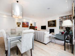 Beautiful and spacious 2 bed/2 bath property just moments from Earls Court, Londra