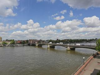 Quaint and sunny 2 bedroom apartment which offers great views over the River Thames in Battersea