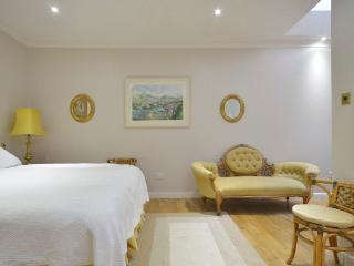Spacious 2 bedroom mews house with 2 bathrooms and outdoor terrace in Notting Hill, Londres