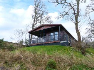 IVERARY CHALET, detached, decking with furniture, on the shores of Loch Awe, Dalmally, Ref 936441