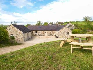 TISSINGTON FORD BARN, all ground floor barn conversion, en-suites, off road parking, patio, in Tissington, Ref 936583