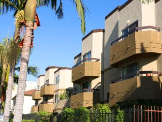 #03 Sunny Stylish 2BR Apt Hollywood, West Hollywood