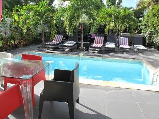 LIGNE BLEUE 1...  Affordable villa with AC, pool, Jacuzzi, and 2 min walk to, Orient Bay