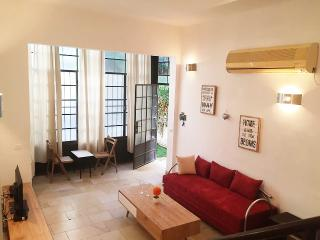 Beautiful 1BD + Garden - 3 Min Walk to the Beach, Tel Aviv