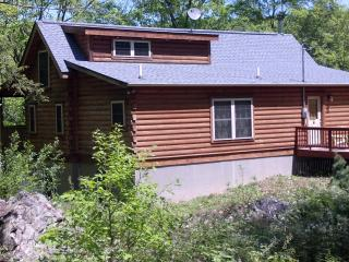 Pocono Log Cabin 5 Bd 3 BA on Lehigh River, Lake Harmony