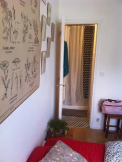 Notre chambre d'amis située au RDC de notre maison : welcome! Salle de bain privative.