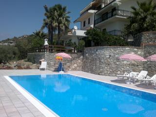 appartamento in villa con piscina e vista mare, Coccorino di Joppolo