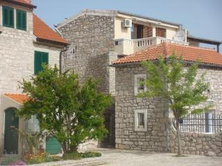 Old stone house - Apartment Klarin, Jezera