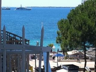 Comfy Studio sea views,beach downstairs, sleeps 3, Antibes