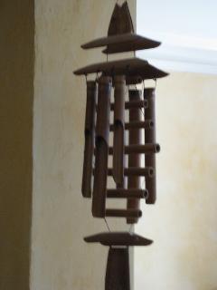 une cloche en bois pour vous accueillir.