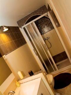 salle de bain rez de chaussé avec douche et tout services