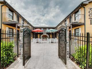 Landmark McMillin Court Apartment #15 – BBQ Lovers Rejoice!, Nashville