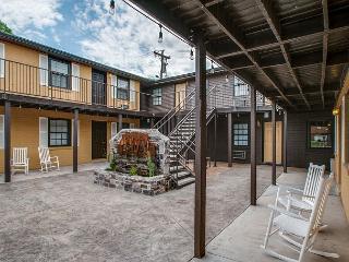 Landmark McMillin Court Apartment #1 – BBQ Lovers Rejoice!
