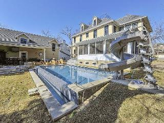 Texas Chic West Campus Oasis! Main and guest house with infinity pool, Austin