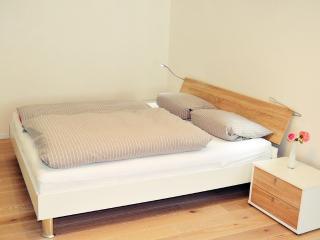 Helle Eichenholz-Landhausdielen und bequemes Doppelbett. Bright Oak-countryhouse planking, good bed.