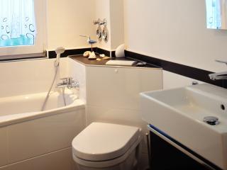 Modernes  Bad mit Dusche, Badewanne, Toilette und Waschbecken. Bright modern bath and shower
