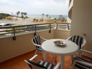 Apartamento en 1ª linea de playa, piscina, padel.