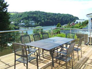 ESTUARY VIEW, detached, games room, WiFi, private garden, in Newton Ferrers, Ref