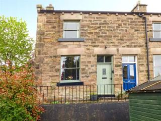 34 CHURCH STREET, end-terrace, woodburner, WiFi, enclosed garden, centre of Matlock, Ref 933358