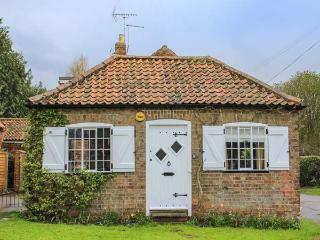 WISTERIA COTTAGE, cosy, romantic cottage, king-size bed, ideal for a couple, in Old Bolingbroke, Spilsby, Ref 937715