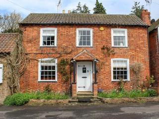 SWYNFORD COTTAGE, open fire, en-suite, enclosed patio, ideal for families and friends, in Old Bolingbroke, Spilsby, Ref 937716