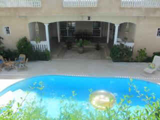 VILLA WITH POOL AND SECURITY GUARD, Somone