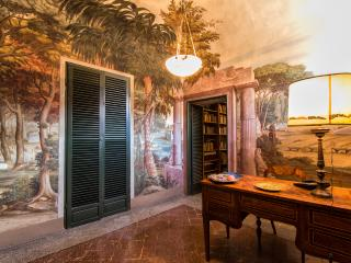 Central Apartment with stunning Frescoes, Cortona