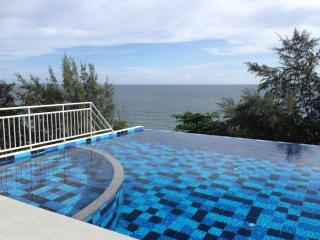 Beachfront Apartment 2 bedrooms and large patio, Ban Laem Mae Phim
